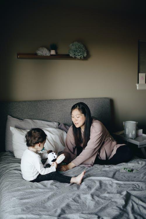 Gratis stockfoto met baby, baby'tje, bed
