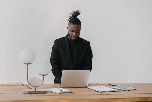 Mann Im Schwarzen Anzug Jacke Mit Laptop