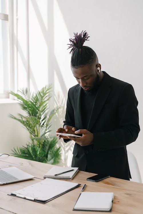 Mann Im Schwarzen Anzug Mit Smartphone