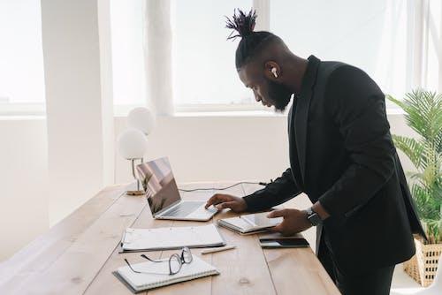 Fokussierter Geschäftsmann Mit Laptop