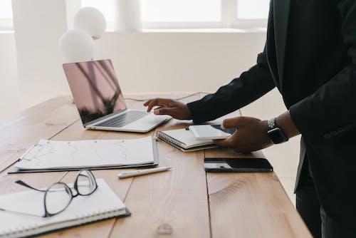 คลังภาพถ่ายฟรี ของ paperworks, ที่ทำงาน, บนโต๊ะไม้