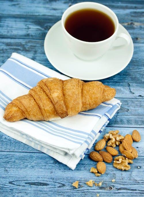 Ilmainen kuvapankkikuva tunnisteilla Aamiainen, croissant, herkullista, kahvi