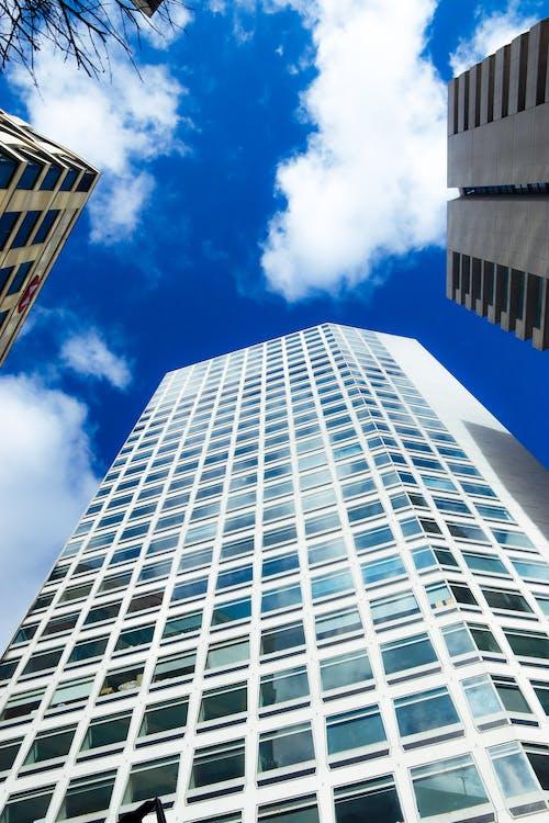 Foto profissional grátis de arquitetônico, céu azul, céu de brigadeiro