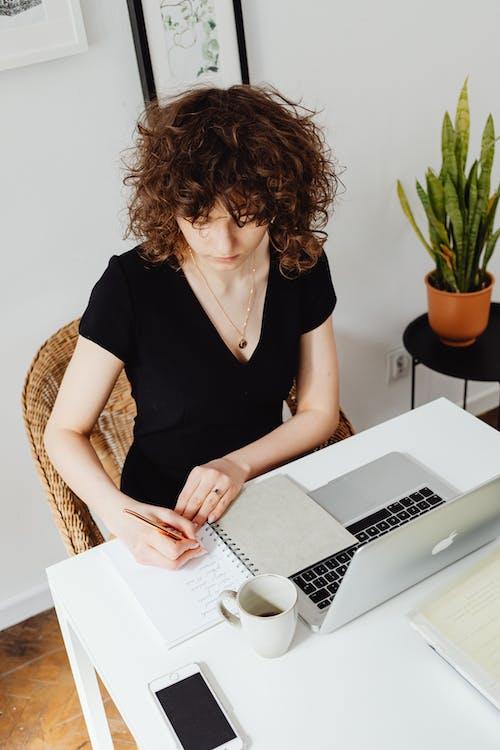 Gratis stockfoto met accounting, bedrijf, blanke vrouw