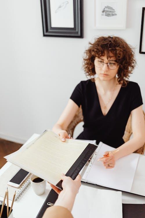 Gratis stockfoto met accounting, blanke vrouw, boekhouding