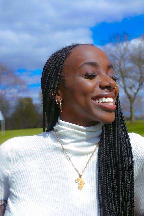 Foto profissional grátis de belas mulheres negras, lindo sorriso, retrato