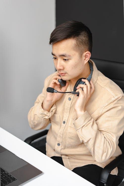 Gratis arkivbilde med arbeide, asiatisk mann, hodetelefoner