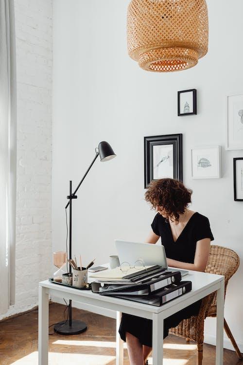 Photos gratuites de bureau à domicile, cheveux bouclés, femme