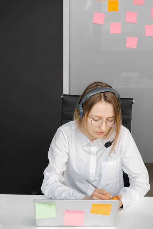 Immagine gratuita di agente del call center, assistenza clienti, auricolare