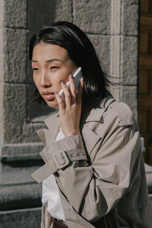 アジアの女性, スマートフォン, 垂直ショットの無料の写真素材
