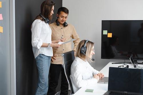 Fotos de stock gratuitas de agentes de call center, atención al cliente, auriculares
