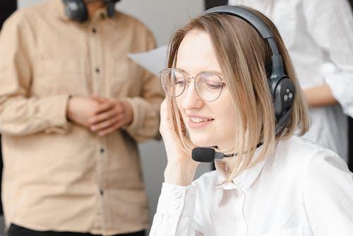 Fotos de stock gratuitas de agente de centro de llamadas, atención al cliente, auriculares
