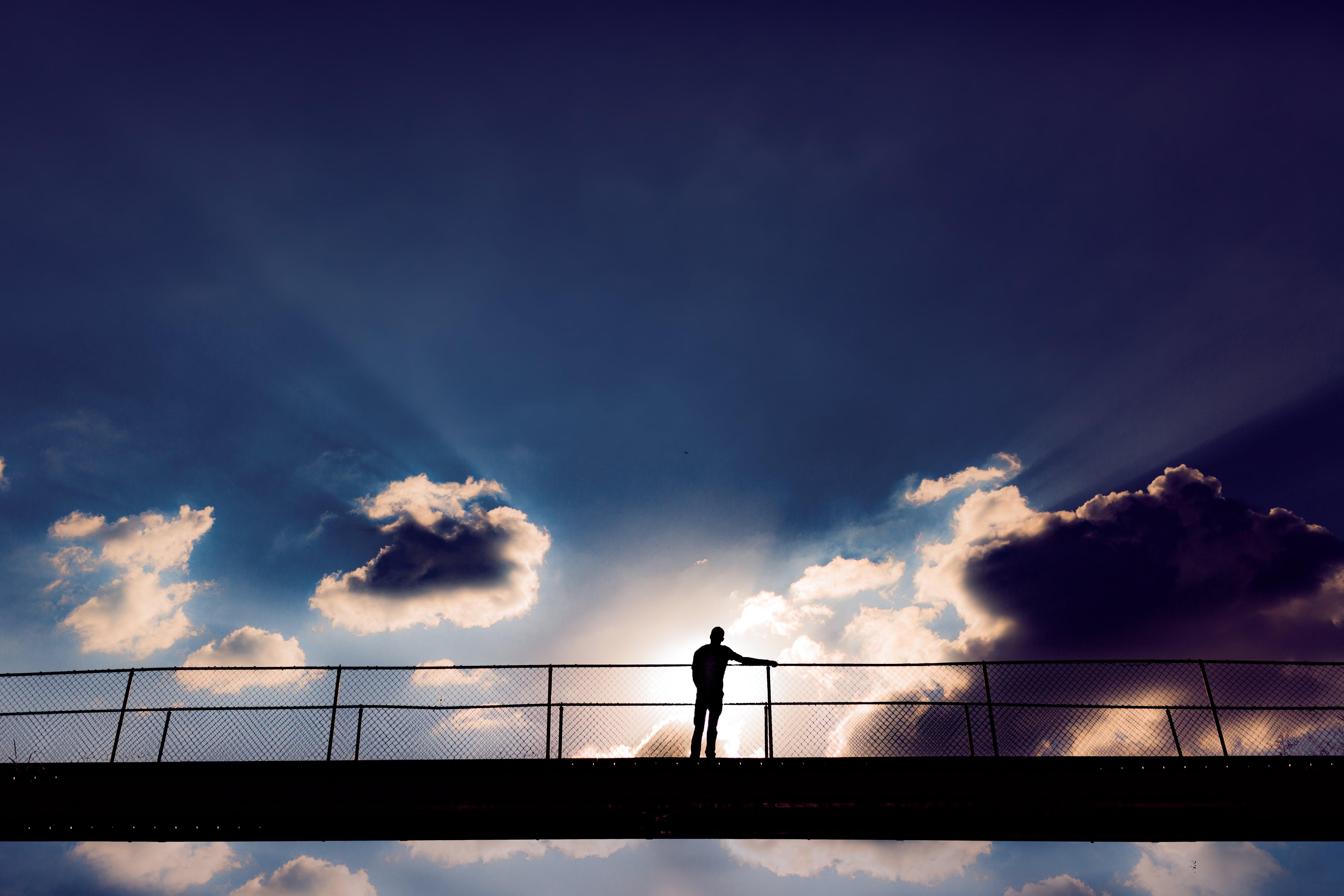 Foto d'estoc gratuïta de cel, home, llum del dia, núvols