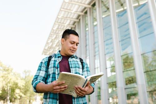 ayakta, bina, kampüs içeren Ücretsiz stok fotoğraf