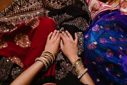 Foto profissional grátis de braceletes, joalheria, mãos