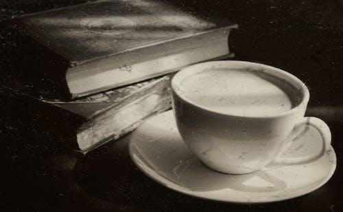 Kostenloses Stock Foto zu bücher, cappuccino, dämmerung