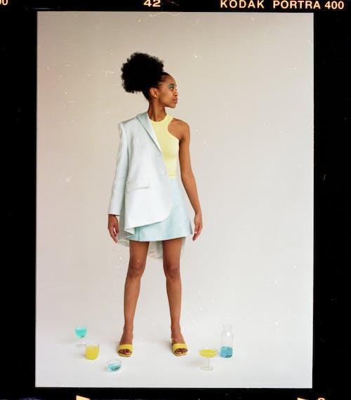 Základová fotografie zdarma na téma afroameričanka, barevný, bílé pozadí