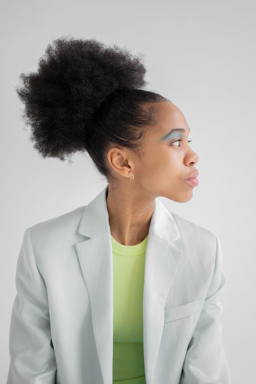 Gratis arkivbilde med afrikansk-amerikansk kvinne, alvorlig, antrekk