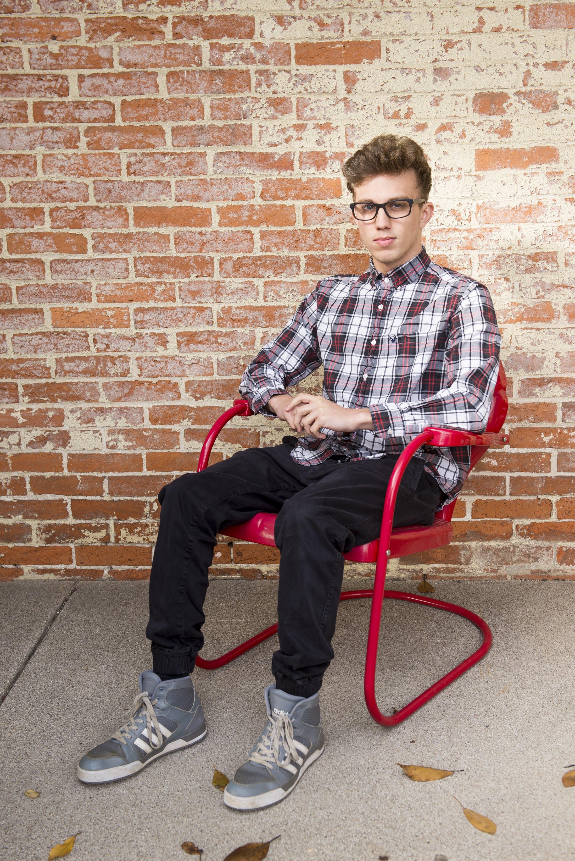 Gratis stockfoto met adolescent, bakstenen muur, casual, iemand