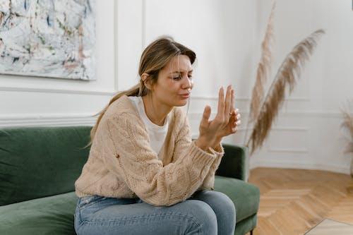 Бесплатное стоковое фото с бедственном, в помещении, джинсы
