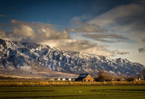 Kostnadsfri bild av bergen, bondgård, dagsljus, fält