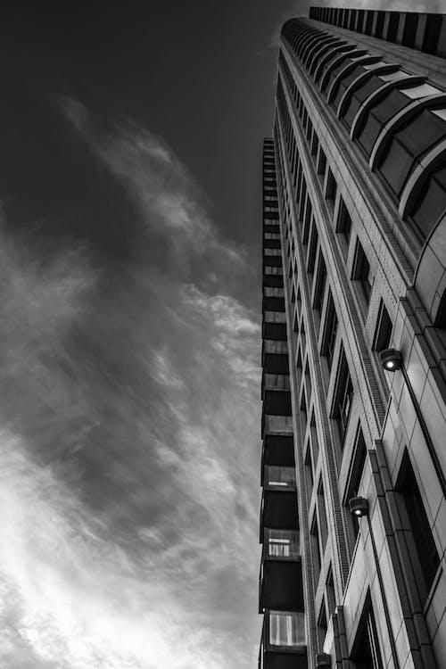 Kostnadsfri bild av arkitektur, lägenhetsbyggnader, svartvitt