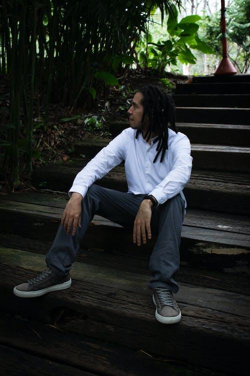 Fotos de stock gratuitas de escalera, hombre, sentado
