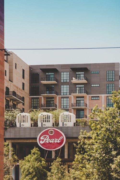 Immagine gratuita di alberi, architettura, balconi, edificio