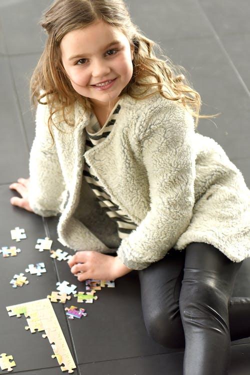 Fotos de stock gratuitas de chica joven, en el piso, jovencita
