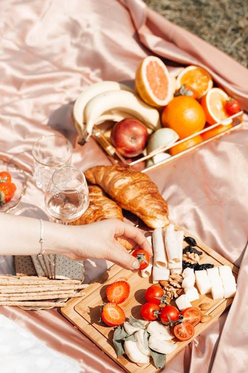 Fotos de stock gratuitas de césped, copas de vino, cruasanes
