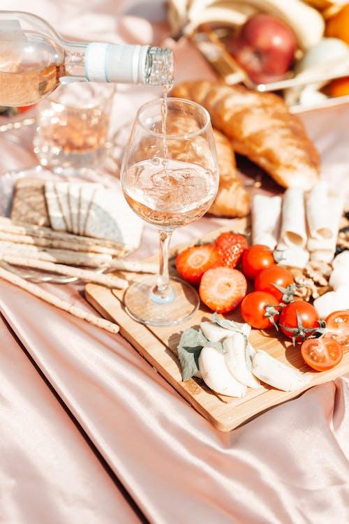 Fotos de stock gratuitas de copas de vino, cruasanes, fotografía de comida