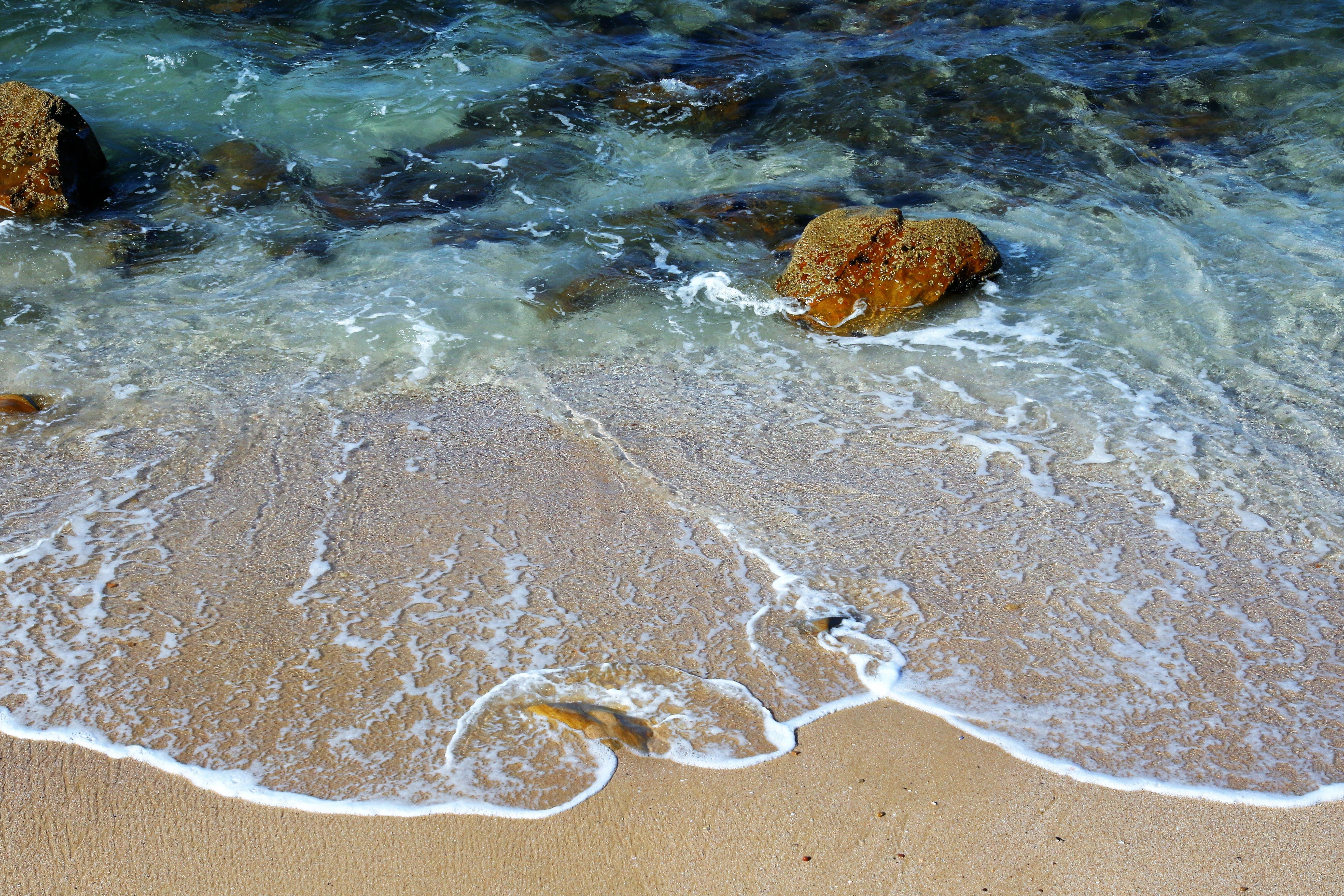 Δωρεάν στοκ φωτογραφιών με άμμος, αφρός της θάλασσας, βουτιά, βράχια