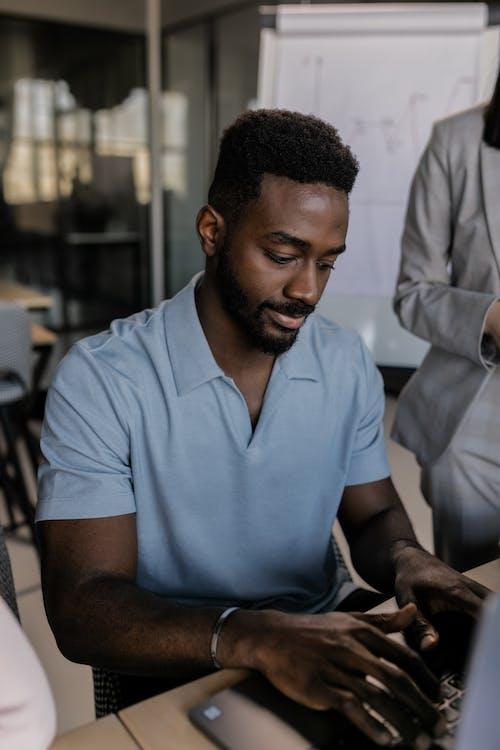 Ilmainen kuvapankkikuva tunnisteilla afroamerikkalainen mies, kannettava tietokone, käyttämällä