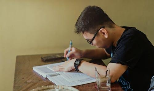 Foto profissional grátis de atenção, balcão, caderno, caneta