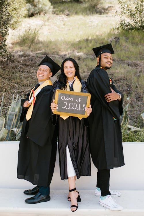 Δωρεάν στοκ φωτογραφιών με ακαδημαϊκή στολή, αποφοίτηση, γρασίδι