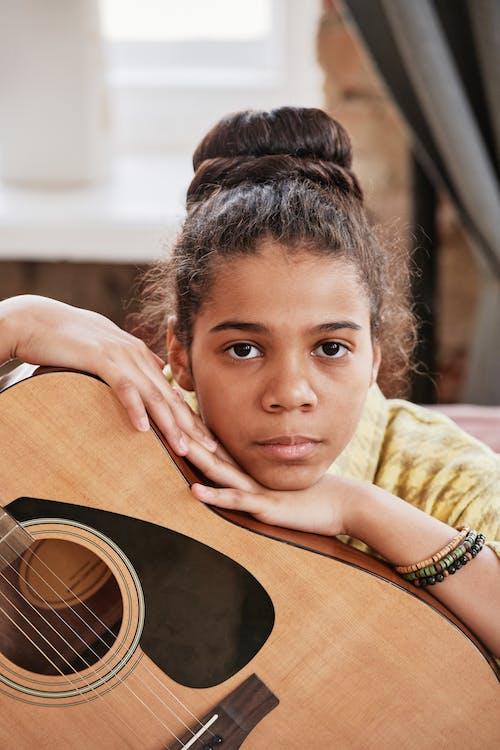 Безкоштовне стокове фото на тему «акустична гітара, афро-американських дівчина, великий план»