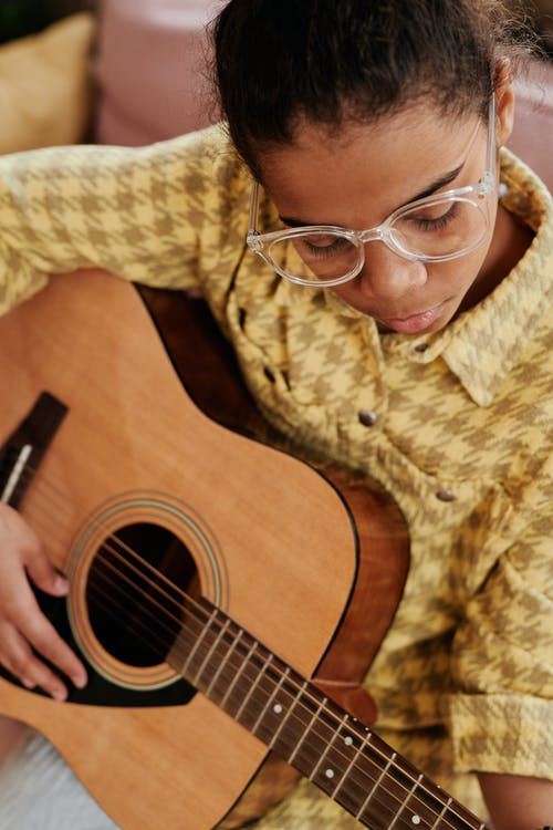 Безкоштовне стокове фото на тему «акустична гітара, афро-американських дівчина, вертикальні постріл»