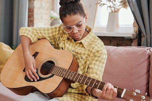 Безкоштовне стокове фото на тему «акорд, акустична гітара, афро-американських дівчина»