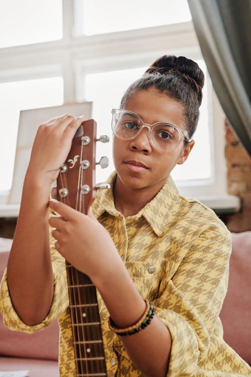 Безкоштовне стокове фото на тему «афро-американських дівчина, великий план, вертикальні постріл»