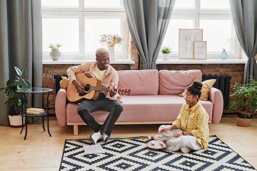 Безкоштовне стокове фото на тему «вікно, всередині, гітара»