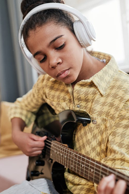 Безкоштовне стокове фото на тему «веселий, всередині, гітара»