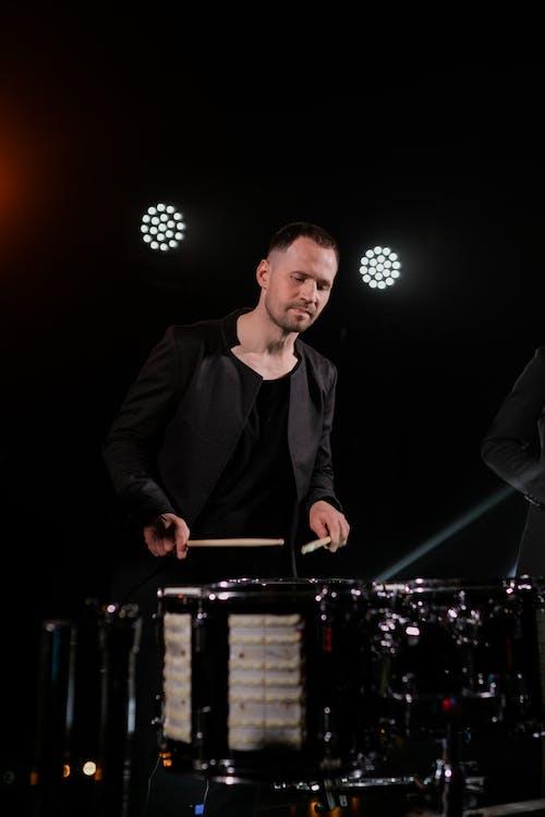 Foto profissional grátis de apresentação ao vivo, atadura, banda