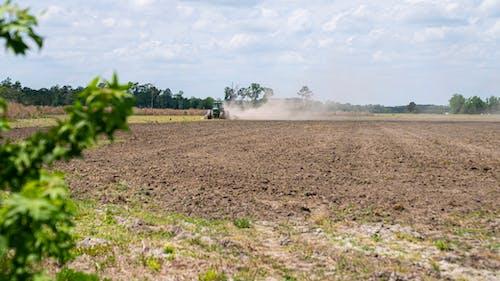 Darmowe zdjęcie z galerii z agbiopix, ciągnik w polu, zakurzone pole