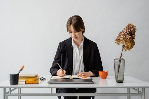 Foto profissional grátis de ambiente de trabalho, caderno, escrevendo