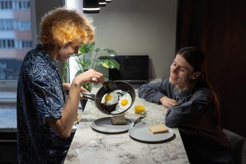 Бесплатное стоковое фото с в помещении, вместе, готовить дома