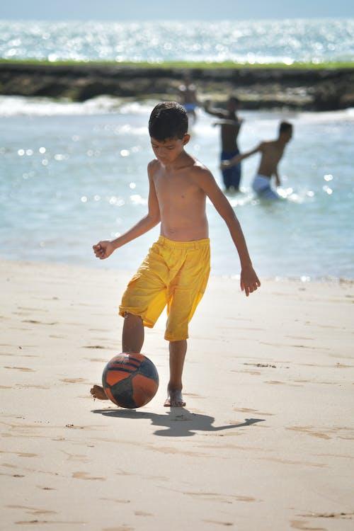 キッド, サッカー, ビーチ, ボールの無料の写真素材