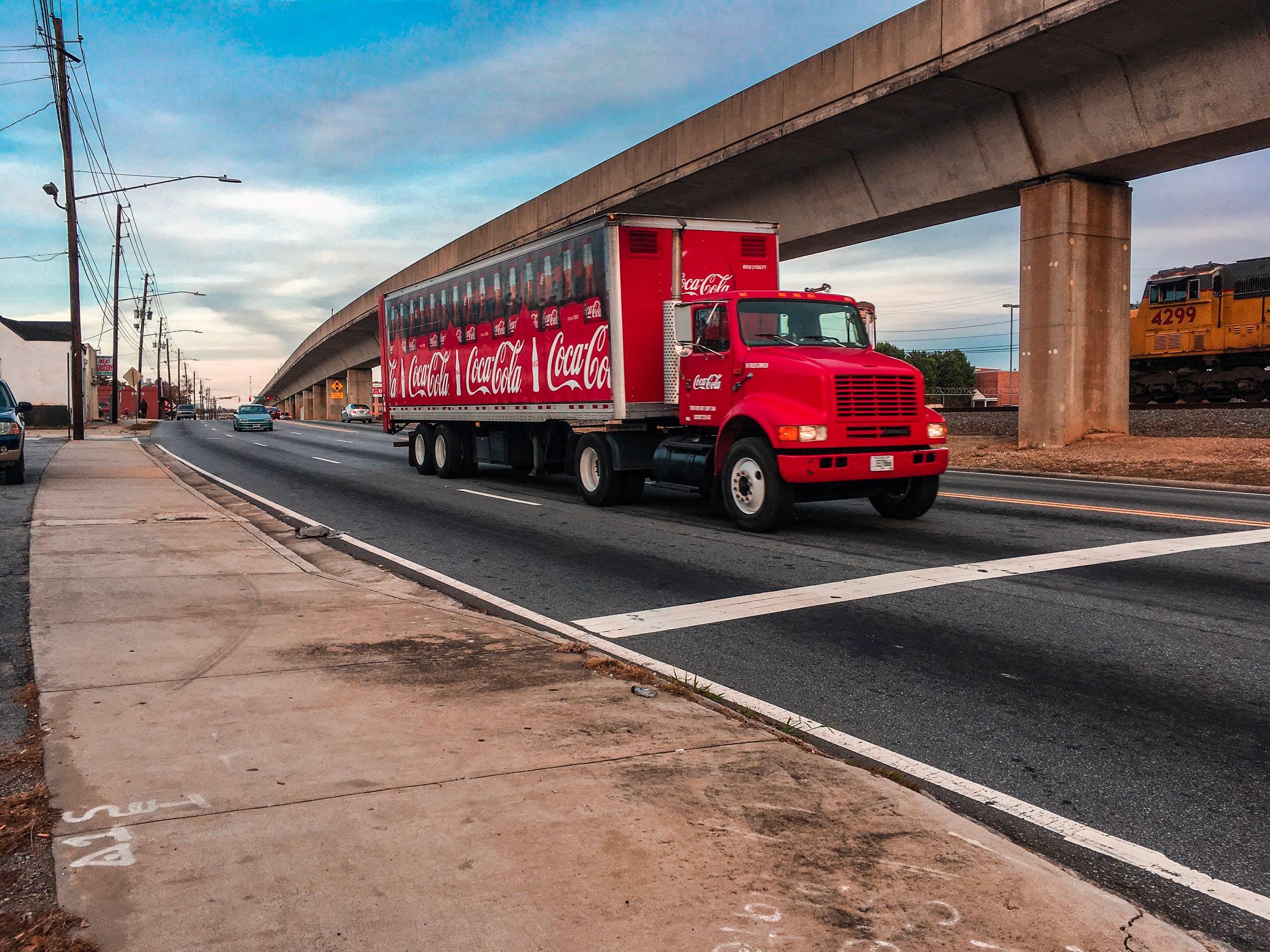 Foto d'estoc gratuïta de autopista, beguda, camió, coca cola