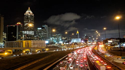 Darmowe zdjęcie z galerii z autostrada, drapacze chmur, fotografia nocna, korek uliczny