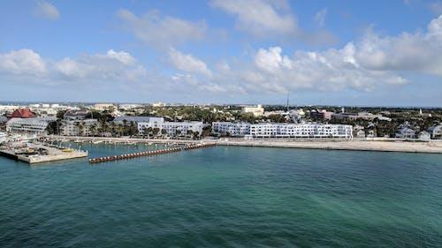 Darmowe zdjęcie z galerii z błękitne niebo, linia brzegowa, porty, wybrzeże