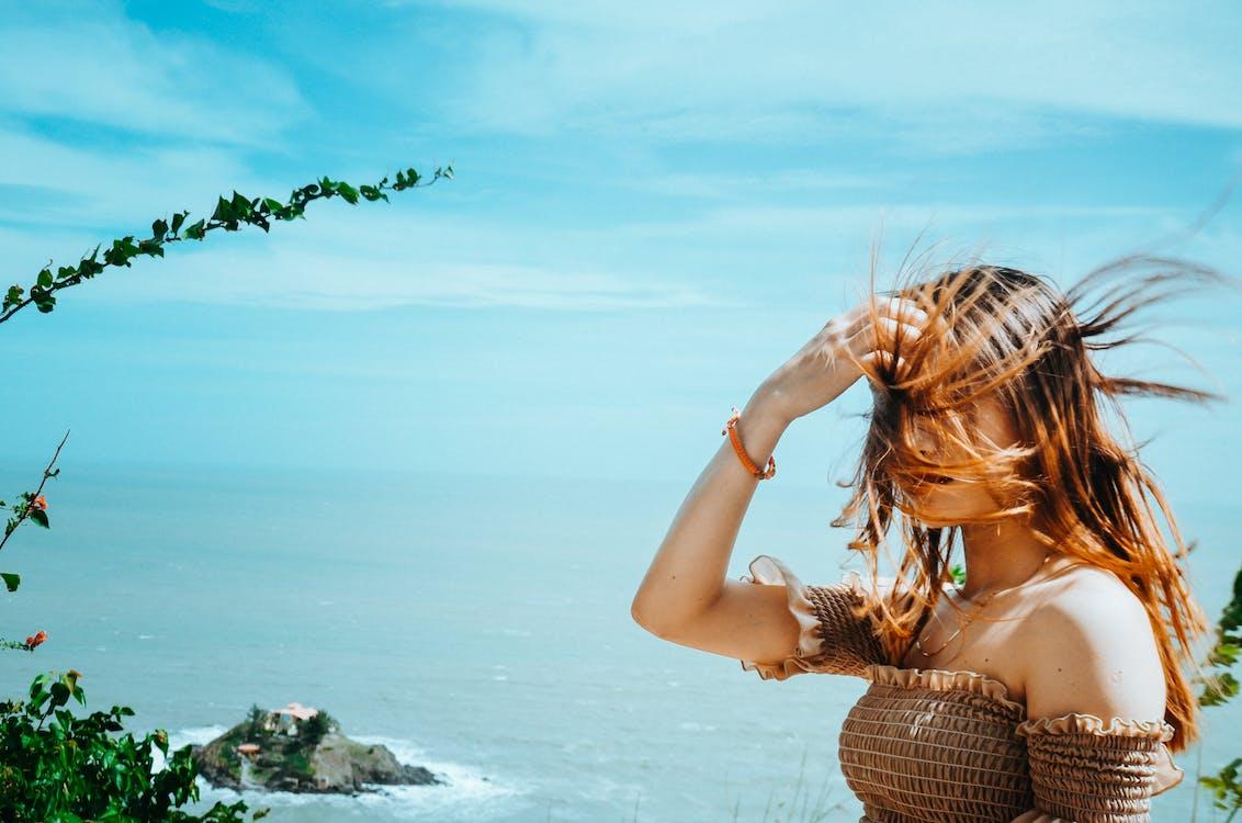 azjatycka dziewczyna, bikini, błękitne niebo